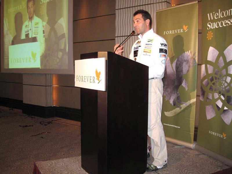 Ο Βασίλης Ορφανός προσκεκλημένος της εταιρείας Forever Living Products στην Αθήνα