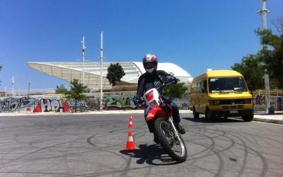 Ο Βασίλης Ορφανός παραδίδει μαθήματα ασφαλούς οδήγησης σε νέους αναβάτες στο ΟΑΚΑ